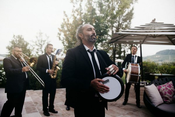 Destination wedding in piedmont vienyards: live music on the hills